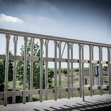 Aussengeländer Valo auf einem Balkon mit Blick in den Garten