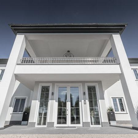 Exterior Design mit Aussengeländer Valo als Blickfang
