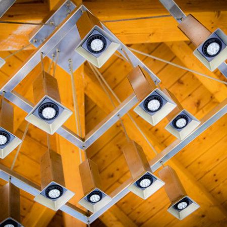 Kronleuchter Atura1 aus Edelstahl von unten einem Pavillion fotografiert