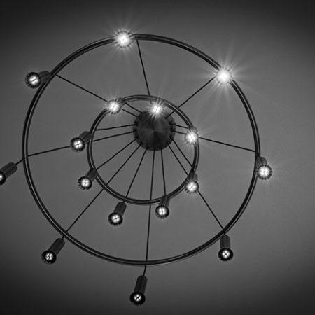 Kronleuchter Atura2 von unten in schwarzweiss fotografiert