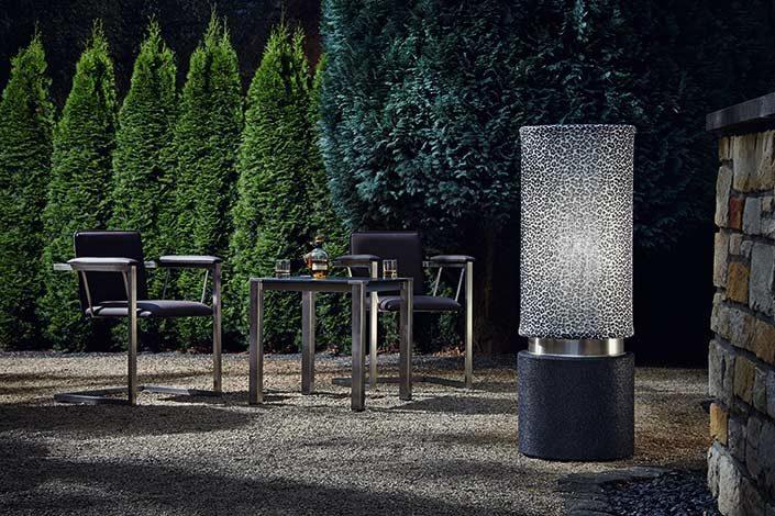 Outdoor Lighting mit schönem Lichtsetting und Stühlen