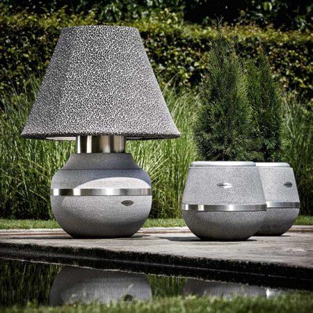 Lampe Gratus Leo mit Design-Vasen von Stilum auf der Terrasse