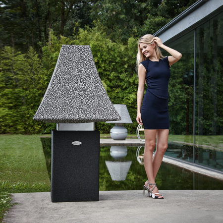Outdoor Lampe Linea Leo mit Model auf der Terrasse