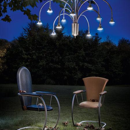 Clareo1 in einer Outdoor-Living-Area mit zwei Design-Stühlen von Stilum