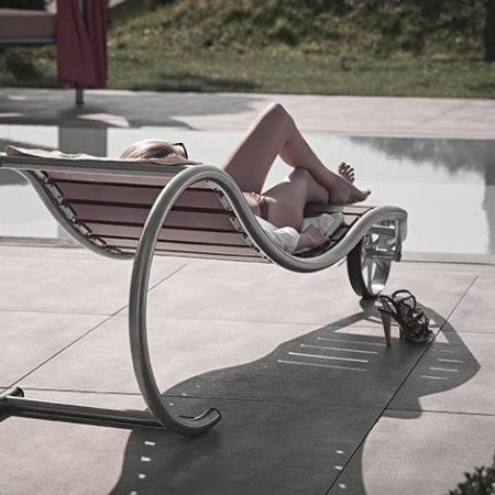 Liege Lignum mit entspannter Frau im Outdoor-Bereich