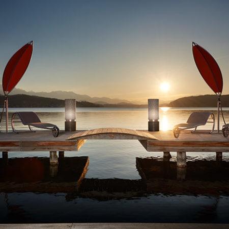 Vier Liegen am Wasser bei Sonnenuntergang