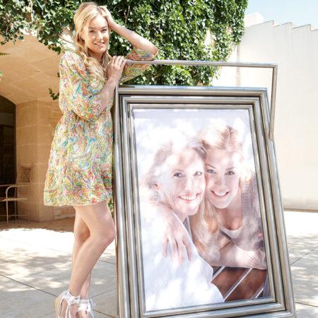Bilderrahmen mit einem Foto von Mutter und Tochter im Freien