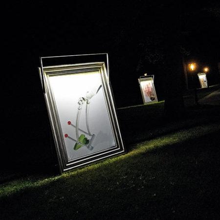 Bilderrahmen Margino in einem Garten beleuchtet