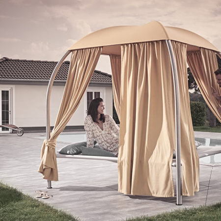 Outdoor Daybed Mala Designfoto mit Materialien und einer Person