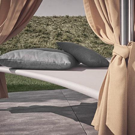 Outdoor Daybed Mala mit Kissen und sandfarbenen, edlen Vorhängen