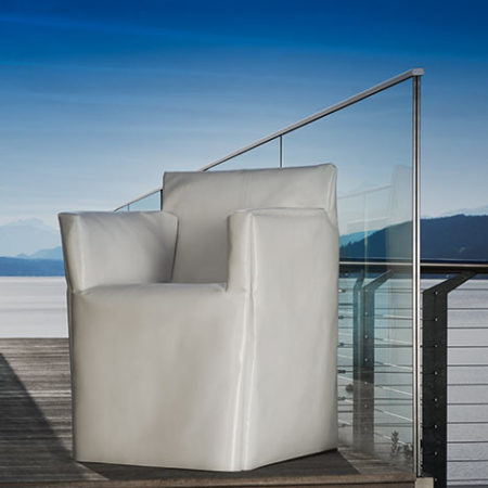 Gartenstuhl Amicus mit weißer Husse auf Terrasse