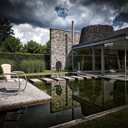 Haus am Wasser mit den beiden Outdoor-Stühlen Gratia und Gratia2