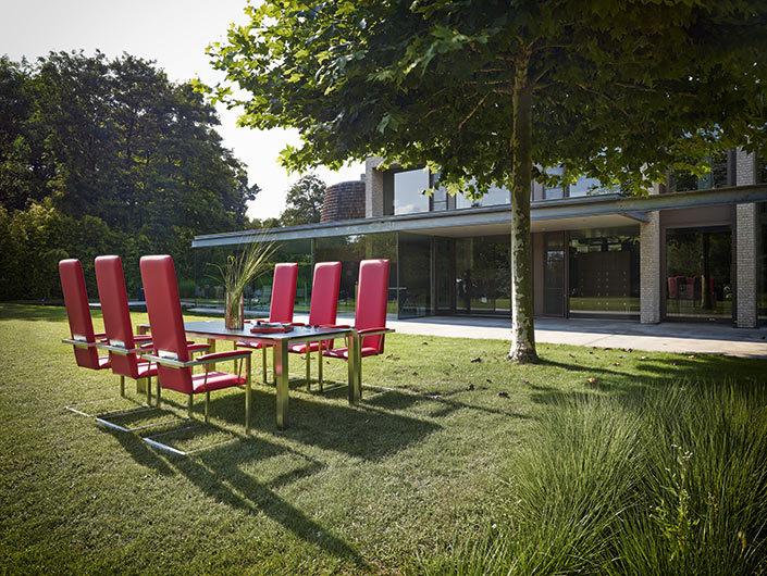 Roter Stuhl Ruben in Sitzgruppe