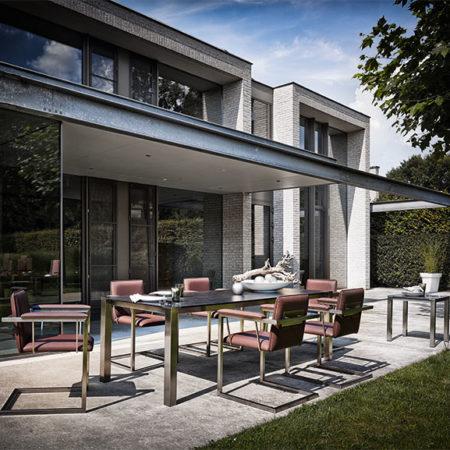 Gartentisch Hortus mit roten Amicus-Stühlen