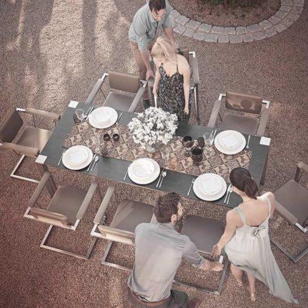 Design Gartentisch Hortus mit Gästen