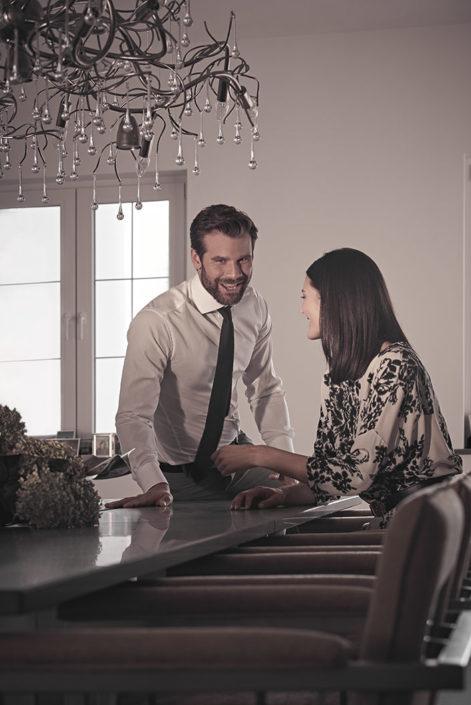 Designer Tisch Lanx im Esszimmer mit zwei Personen