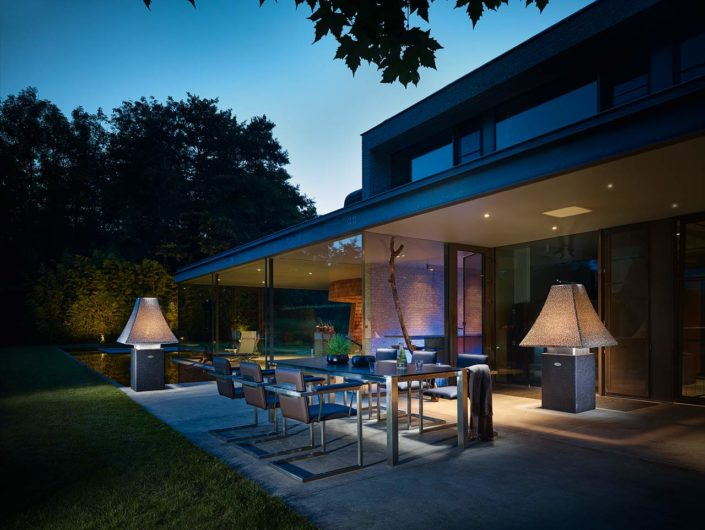 Outdoor Living mit Design Vasen, Designer Gartentisch und Gartenstühlen von Stilum