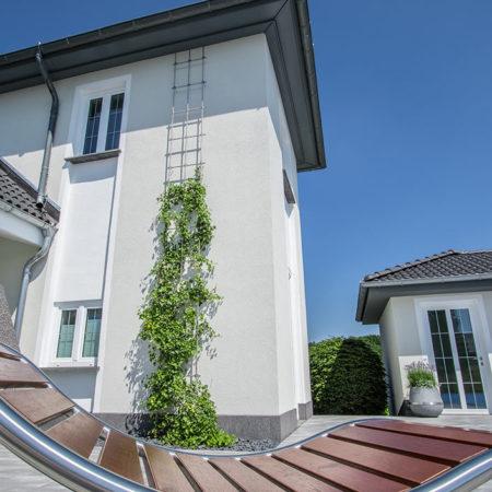 Rankgitter mit Efeu an einer Hauswand zur Verschönerung des Exterior Designs