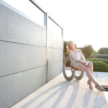 Schallschutzwand mit Frau beim Relaxing