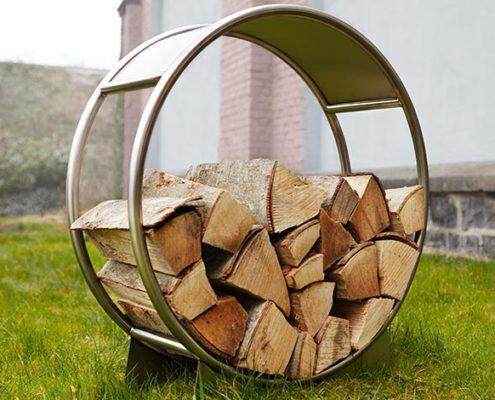 Holzlager mit Holz für Design Grill Ignis bestückt