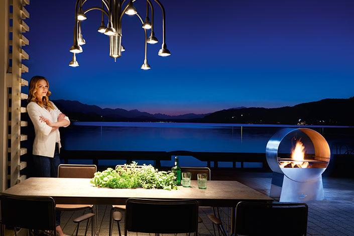Outdoor Living Area mit Tisch, Stühlen und dem Designer Grill Ignis aus Edelstahl