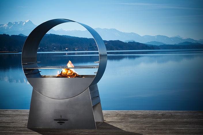 Designer Grill Ignis auf der Terasse vor einem See