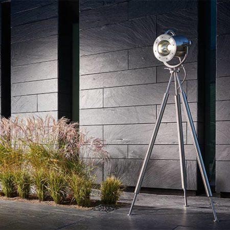 Lumos 1 Spotlampe auf einer Terrasse