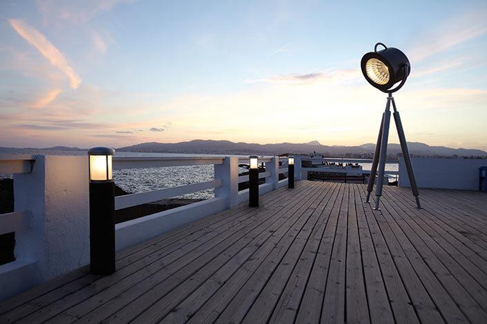 Spotlampe Lumos2 als Outdoor Lighting Element auf einer Promenade am Meer